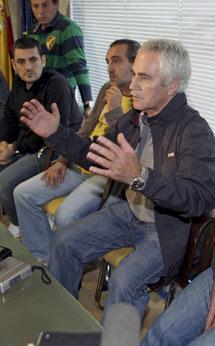 El patrón Ricardo Blach habla con la prensa en vigo. | Efe