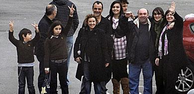 Familiares y marineros vascos, a su llegada al aeropuerto de Loiu.   Reuters