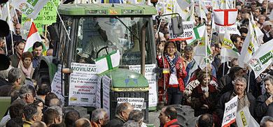 Participantes en la marcha piden precios más justos. VEA MÁS IMÁGENES | AP