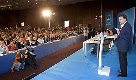 Mariano Rajoy se dirige a los asistentes a la Intermunicipal del PP en Sevilla.   Efe
