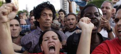 Escobar rodeado por una multitud. | AP