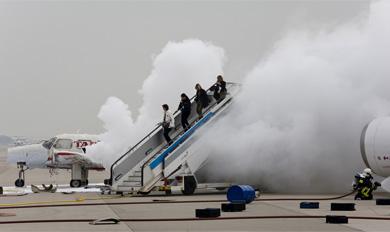 Los bomberos sacan a figurantes del avión.   Santi Cogolludo