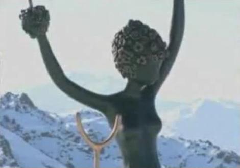 La escultura 'Alicia en el País de las Maravillas', ya en los Alpes.| ABC News