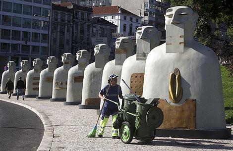 Esculturas de la exposición 'Nuestros silencios' en una de las plazas principales de Lisboa.   Efe