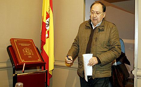 El alcalde de Baena, Luis Moreno, junto a un ejemplar de la Constitución. | Madero Cubero