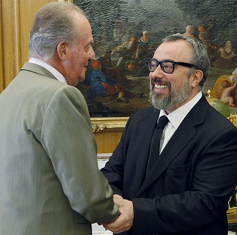 El Rey saluda a Alex de la Iglesia, presidente de la Junta Directiva de la Academia de Cine. | Efe.