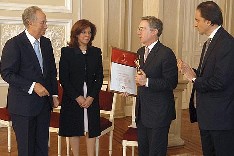 Álvaro Uribe, con Juan Miguel Villar Mir y Nicolás De Santis, en Casa Nariño.