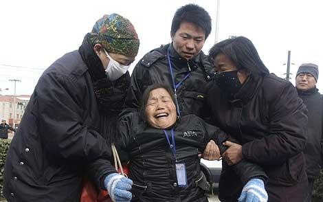 Tres personas ayudan a una mujer cuya nieta murió intoxicada por melamina | Reuters
