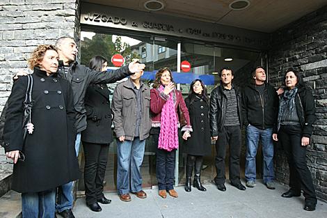 Los tripulantes del 'Alakrana' y sus familiares en los juzgados de Gernika. | Iñaki Andrés