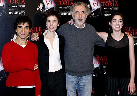 Fernando Trueba, con varios actores de 'El baile de la Victoria'.   Efe