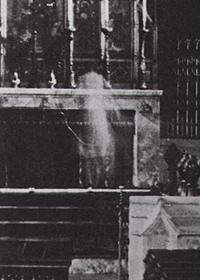 Un fantasma rezando en la Iglesia deWoodford (Inglaterra) en 1940 (Casi no se nota que es un montaje).