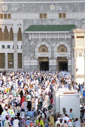 La Gran Mezquita de La Meca rodeada de pelegrinos musulmanes. |Efe