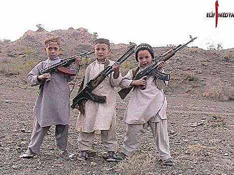 Tre niños con rifles Kalashnikov.   AFP