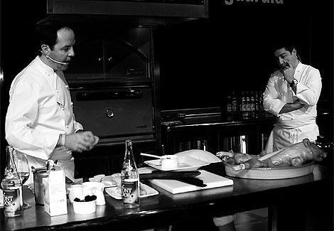 El cocinero del restaurante El Cellerde Can Roca, en una conferencia sobre el cochinillo.