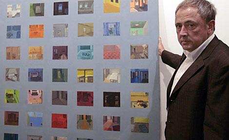 El galerista Rafael Ortiz, junto a uno de los cuadros de la exposición. | C. Márquez