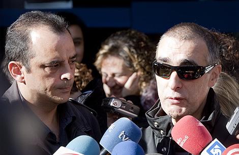 Dos marineros del atunero Alakrana a la salida de los juzgados de Gernika.   Iñaki Andrés