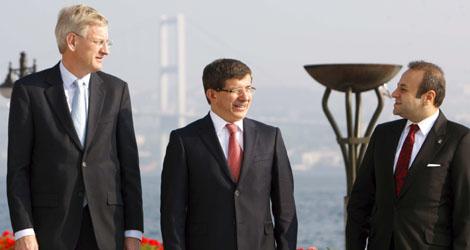 Carl Bildt, Ahmet Davutoglu y Egemen Bagis en una reunión turca-europea. | Efe