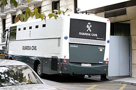 Un autobús traslada a la Audiencia Nacional a los detenidos. | Carlos Alba