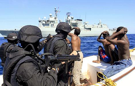 Oficiales portugueses detienen a cinco piratas. | OTAN