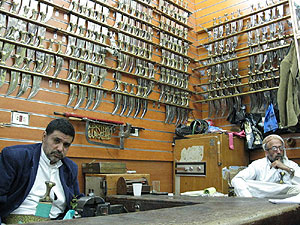 Abdullah bin Abdullah Al-Ezeri (dcha) junto a su hijo en su negocio en Sanaa. (Fotos: J Espinosa)