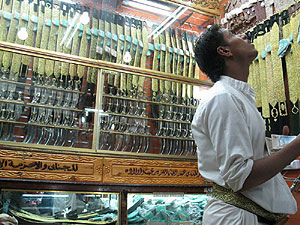 Un cliente examina la calidad de las 'jambiyas' ofertadas.