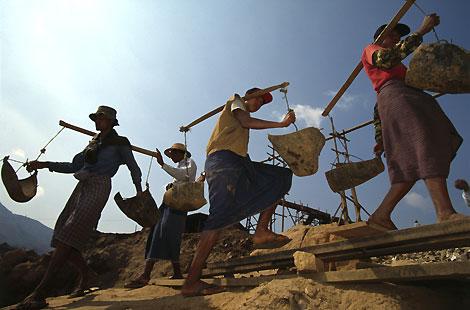 Mineros birmanos extraen rubíes en las minas del valle de Mogok   D. Aubert