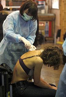Los sanitarios atienden a una mujer. | Reuters
