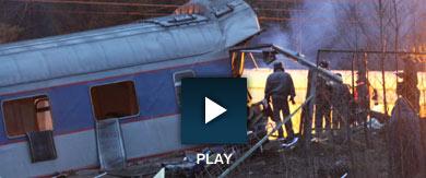 Policías inspeccionan uno de los vagones destrozados. | AFP