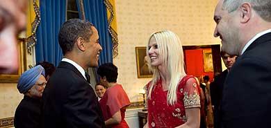 La pareja consiguió una foto oficial al saludar a Obama. | AP
