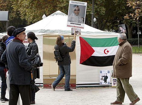Jaima instalada en la Plaza de España en apoyo a haidar.   Efe
