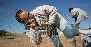 Varias personas saltan la valla de la base. | antimilitaristas.org