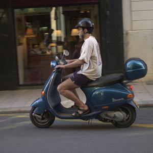 Una moto circulando por Palma.
