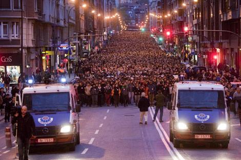 Dos furgonetas de la Ertzaintza vigilan y abren paso a la manifestación de Bilbao.   Iñaki Andrés