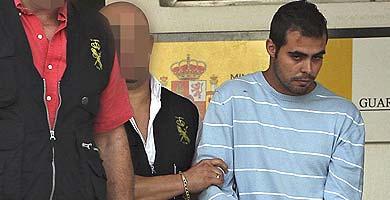Agentes policiales trasladan a Diego, ahora en libertad sin fianza. | Efe