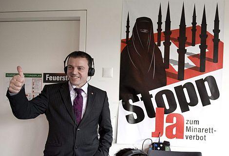 El presidente del comité 'Sí a la prohibición de los minaretes', junto a un cartel de su campaña. | Efe