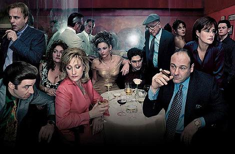 Un póster de 'Los Soprano', con Tony (James Gandolfini) en primer plano a la derecha.