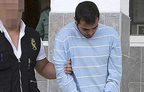 Agentes policiales trasladan a Diego, ahora en libertad sin cargos. | Efe