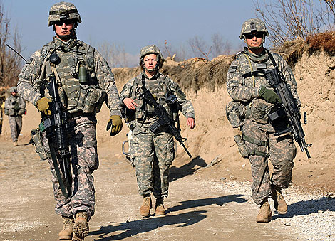 Tres militares estadounidenses patrullan cerca de la base de Bagram.   AFP