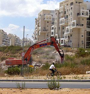 Las máquinas se enfrentan a la moratoria de construcción anunciada por Netanyahu. | Foto: S. Emergui