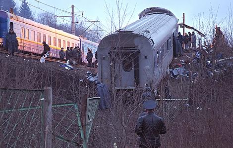 Policías rusos inspeccionan uno de los vagones descarrilados del 'Neveski Express'. | Efe