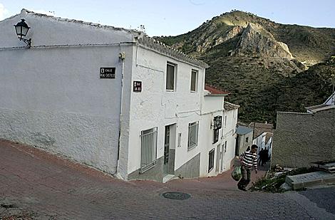 La fachada de la casa donde han sucedido los hechos con la sierra al fondo.   Curro Vallejo