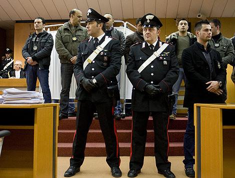 Unos 'carabinieri' ante la cortina que protege a Gaspare Spatuzza en el tribunal de Turín. | AP