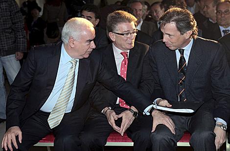 El consejero Alonso, el presidente de la Diputación de Cádiz y Felipe Ortiz Patiño. | Efe