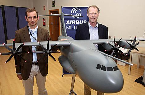 El español Ignacio Lombo y el británico Edward Strongman, con la maqueta del avión. | Fernando Ruso