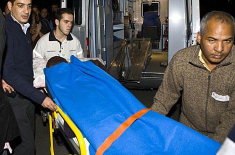 Haidar se cubre el rostro al ser trasladada de nuevo al aeropuerto. | Reuters