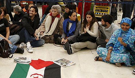 Actores como Juan Diego Botto o Bardem se han concentrado en la T-4 por Haidar.   Efe