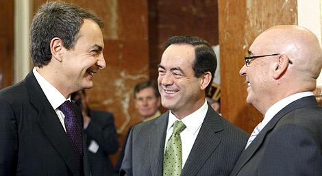 Zapatero charla con Bono y Rojo en los actos de la Constitución. | Efe