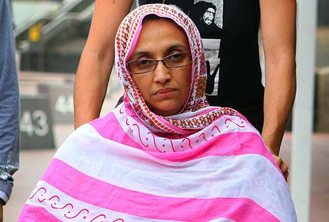 La activista Aminatu Haidar, el domingo en el aeropuerto de Lanzarote.   Afp