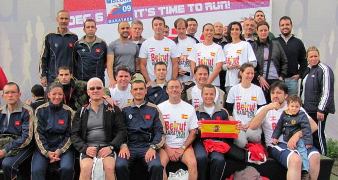 Abel Antón posa junto a los corredores españoles, entre ellos el embajador y el cónsul, tras la carrera. | M. G. P.