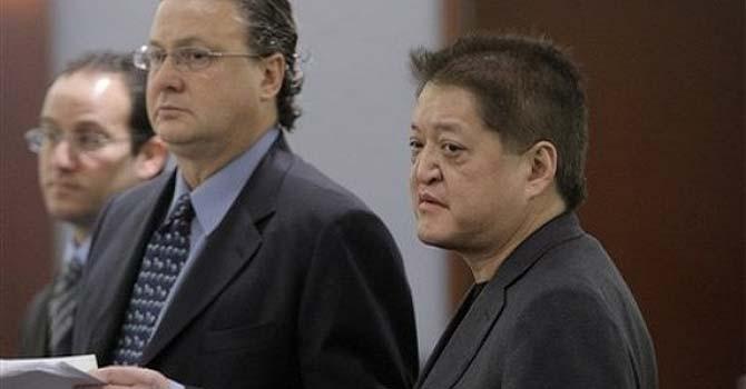 Terrance Watanabe y sus abogados en febrero de 2009.   AP